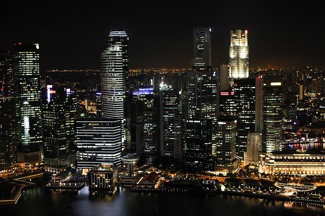 夜の高層ビル群